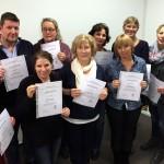 Eine Gruppe von Menschen mit Zertifikat