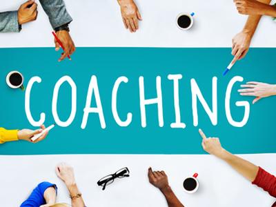Menschen schreiben das Wort Coaching
